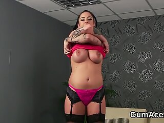 Sexy looker gets cumshot on her face swallowing all the jizz