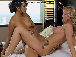 Milf Simone Sonay eats teeny Angelina Chung pussy